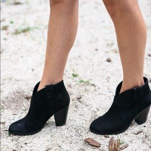"""🖤Vince Camuto """"Hillsy"""" Ankle Booties🖤"""